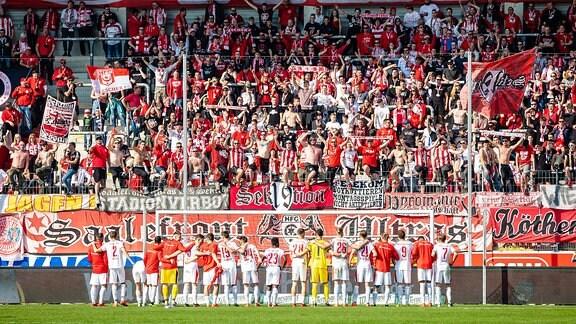 Jubel beim Hallescher FC vor dem Fanblock