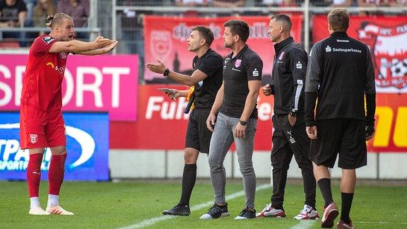 Sebastian Mai, HFC, beschwert sich über die Torentscheidung beim Schiedsrichter.