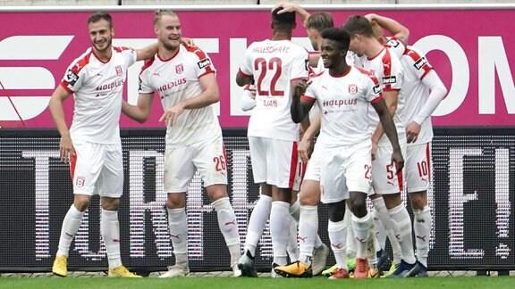 Halle jubelt nach 2:0-Tor von Sebastian Mai (Hallescher FC 26) , 2.v.l.