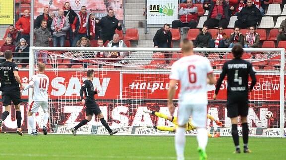 Mathias Fetsch (Halle, 10) erzielt das Tor zum 1:0.