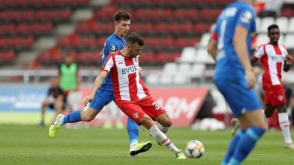Robert Herrmann der Würzburger Kickers schießt den Ball wenige Sekunden nach Anpfiff an den Pfosten.