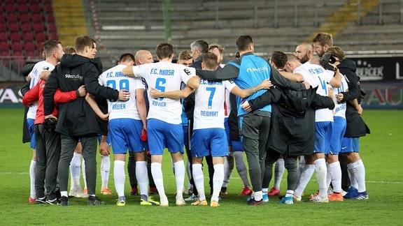 Mannschaftskreis des FC Hansa Rostock nach Spielende