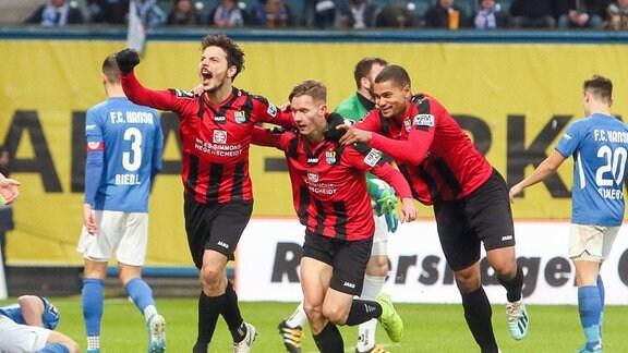 Tor für Chemnitz, Philipp Hosiner (26, Chemnitz), Philipp Sturm (27, Chemnitz) und Noah Awuku (15, Chemnitz) jubeln nach dem Treffer zum 1:2.