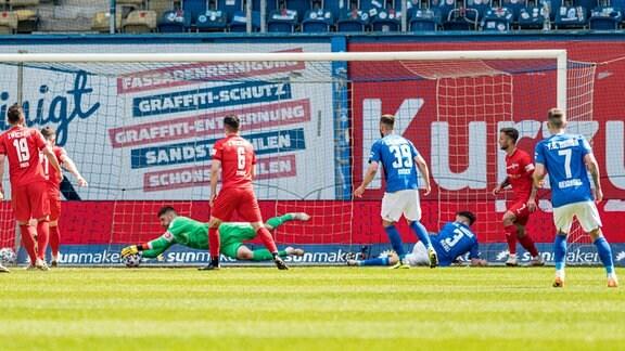 Torhueter Johannes Brinkies (FSV Zwickau) kann einen Torschuss festhalten.