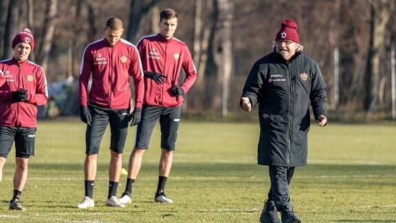 Interimstrainer Heiko Scholz gibt im Training Anweisungen.