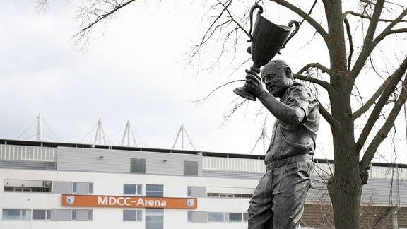 Statue der Trainerlegende Heinz Krügel vor der MDCC Arena in Magdeburg