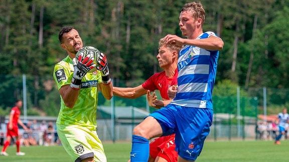 Tobias Schilk (HFC) schirmt Florian Esdorf (Nordhausen) vor Kai Eisele (Torwart, HFC) ab im Testspiel des FSV WACKER 90 NORDHAUSEN vs. HFC Hallescher FC.
