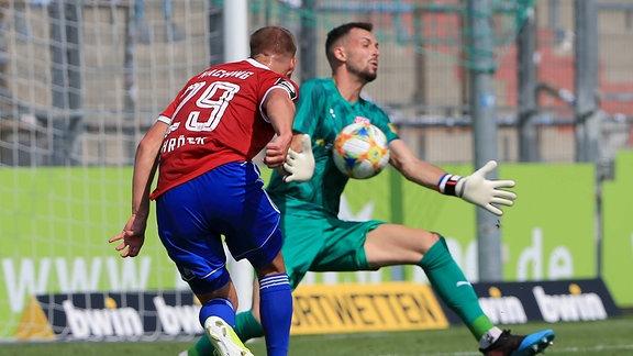 Felix Schroeter (Unterhaching) scheitert an Kai Eisele ( Hallescher FC).