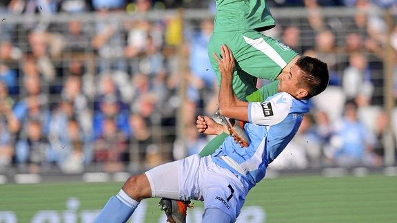 v.li: Torwart Kai Eisele (Hallescher FC) mit dem knie zuerst gegen Stefan Lex (TSV 1860 München)