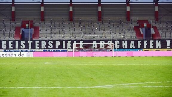 Transparent mit dem Schriftzug Geisterspiele abschaffen beim Drittliga-Spiel Halle gegen Viktoria Köln.
