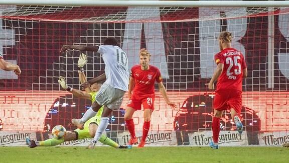 Hier rettet Torwart Kai Eisele im Spiel des Hallescher FC vs. FC Bayern München II gegen Bayern-Spieler Kwasi Okyere Wriedt.