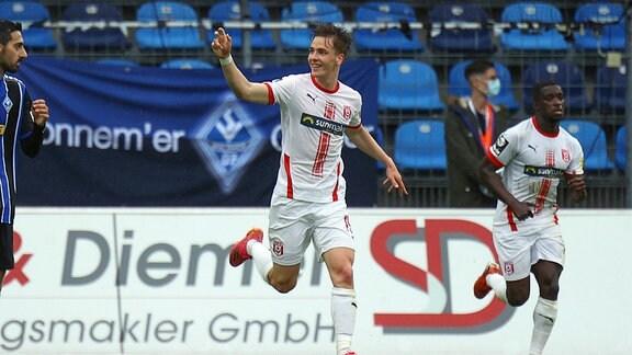 Torjubel zum 2:3 durch Laurenz Dehl (Hallescher FC)