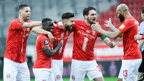 Antonios Papadopoulos Hallescher FC jubelt nach seinem Tor zum 1:0 mit seinen Mannschaftskollegen.