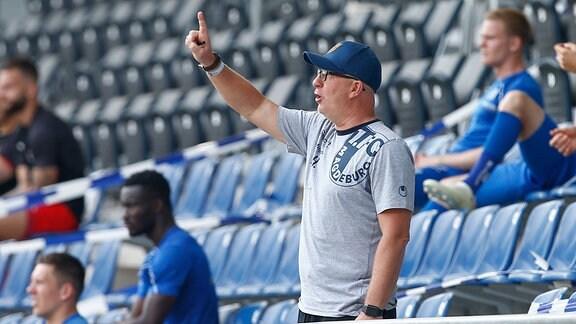 Thomas Hossmang Magdeburg, Trainer gibt Anweisungen, gestikuliert mit den Armen