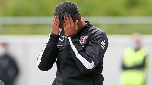 Trainer Ismail Atalan, sich die Hände vor das Gesicht haltend