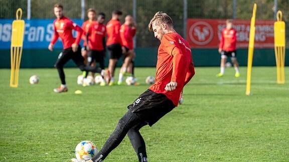 Jan Washausen mit dem Ball am Fuß, beim Training des HFC.