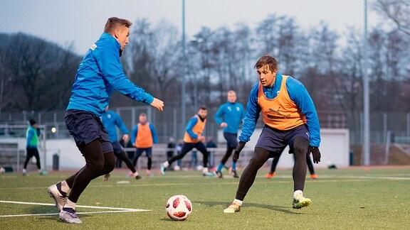 FC Carl Zeiss Jena Trainingsauftakt Rückrunde 3. Liga Saison 2018 2019 am 4.1.2019 v.li. am Ball Julian Günther Schmidt (Jena) im Training gegen Kevin Pannewitz (Jena) Ernst Abbe