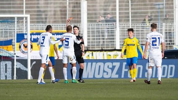 FC Carl Zeiss Jena vs Karlsruher SC v.li. Spieler Daniel Gordon (KSC) wird mit gelb rot von Schiedsrichter Patrick Hanslbauer vom Platz gestellt