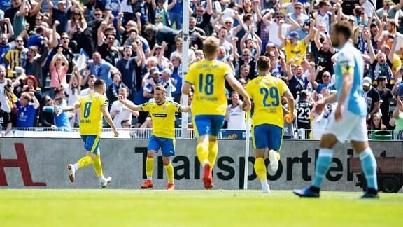 3. Liga 38. Spieltag am 18.5.2019 zwischen dem FC Carl Zeiss Jena und TSV 1860 München Jubel über das Tor zum 1:0 für Jena.