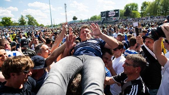 Trainer Lukas Kwasniok (Jena) wird von den Fans auf Händen getragen