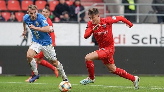 Szene der Begegnung FC Ingolstadt 04 - Carl Zeiss Jena, der Spieler Dennis Eckert Ayensa und ein Gegenspieler