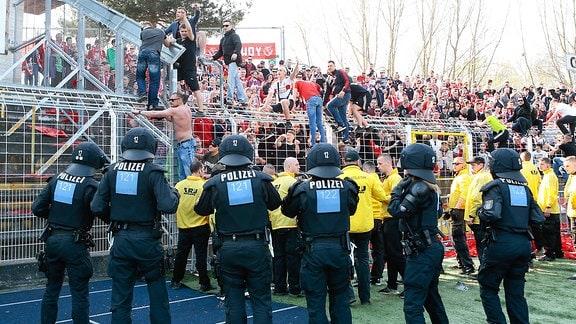 Cottbus Fans randalieren nach dem Spiel