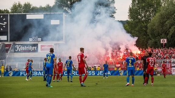 Fans von Halle zünden Pyrotechnik