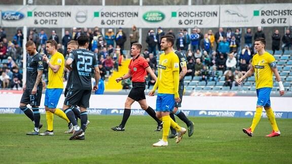 FC Carl Zeiss Jena vs 1860 München Mitte: Schiedsrichter Florian Exner schickt beide Mannschaften von Jena und 1860 in die Kabinen.