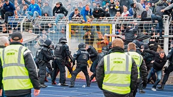 FC Carl Zeiss Jens vs FC Hansa Rostock. Massiver Polizeieinsatz im Innenraum vor beiden Fankurven in der 2. Halbzeit