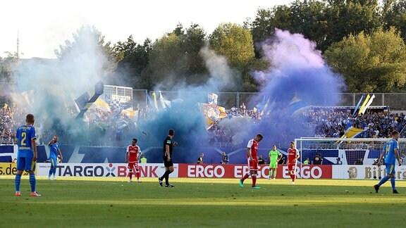 Pyrotechnik der Jenaer Fans.