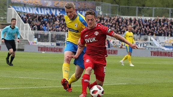 v.li.: Marius Grösch (FC Carl Zeiss Jena) im Zweikampf mit Patrick Sontheimer (FC Würzburger Kickers)