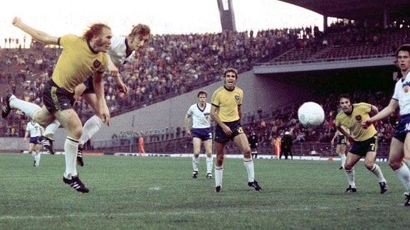 Kopfball von Joachim Streich bei der Weltmeisterschaft 1974 im Spiel gegen Australien