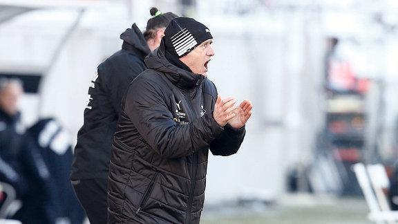 Joe Enochs, Zwickau Trainer, gibt Anweisungen