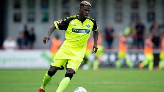 Johannes Dörfler (Paderborn) am Ball