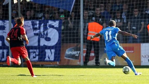 FSV Wacker 90 Nordhausen vs FC Rot Weiss Erfurt im Bild Joy Lance Mickels erzielt das Tor zum 1:0.