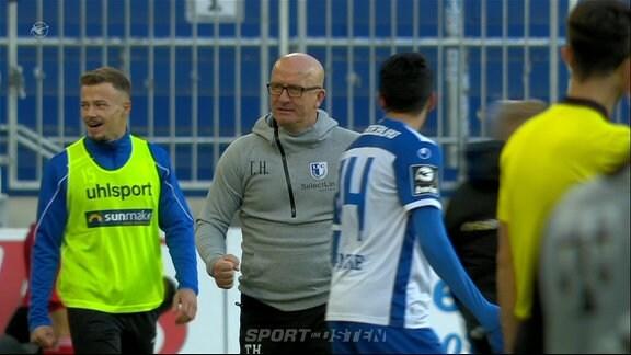 der Trainer jubelt über das Tor.