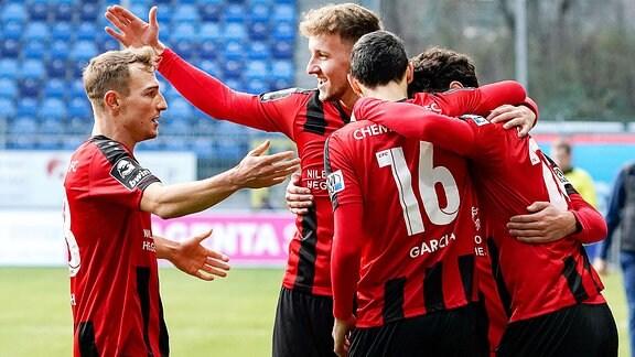 Spieler vom Chemnitzer FC jubeln über ein Tor.