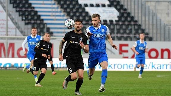 Kai Bruenker (1. FC Magdeburg 9) gegen Lars Buenning (SV Meppen 19)