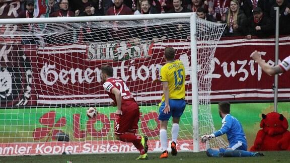 1.FC Kaiserslautern - FC Carl Zeiss Jena emspor, v.l. Christian Kühlwetter (Kaiserlsautern) trifft