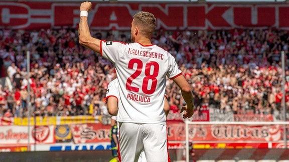 Kilian Pagliuca (HFC) schießt das 1:0 im Spiel des HFC Hallescher FC vs. TSV 1860 München