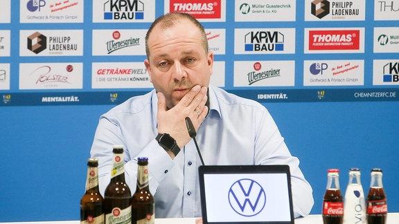 Aufsichtsratsvorsitzender Knut Müller während Pressekonferenz.