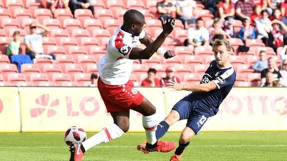 Mike Könnecke (r., FSV Zwickau) erzielt das Tor zum 1:0 gegen Jose-Junior Matuwila (Energie Cottbus)