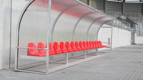 Leere Trainerbank im HFC-Stadion