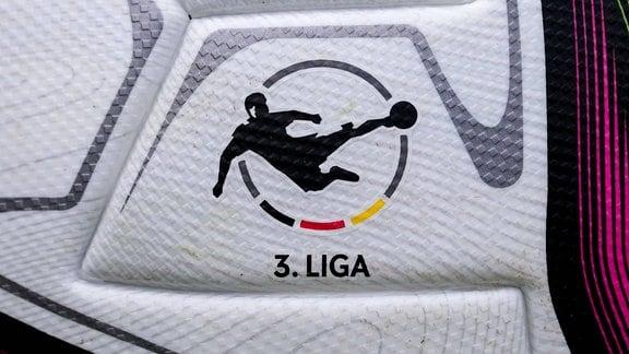 Ein Ball der Marke Adidas Conext 21 zeigt das Logo der 3. Liga