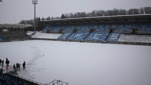 Der Rasen des Ludwigsparkstadions ist mit Schnee bedeckt.