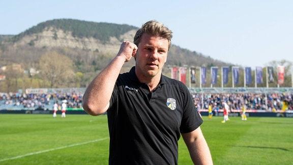 Trainer Lukas Kwasniok (Jena) mit geballter Faust nach dem Abpfiff.