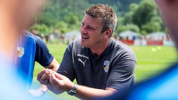 Jenas Trainer Lukas Kwasniok spricht zur Mannschaft
