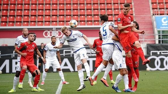 Tumult vor dem Tor: Stefan Kutschke 30, FCI Müller Tobias 5 Magdeburg Fatih Kaya 9, FCI Koglin Brian 4 Magdeburg.