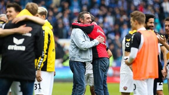Jubel nach Spielende - Trainer Uwe Neuhaus und Geschäftsführer Ralf Minge (SG Dynamo Dresden)