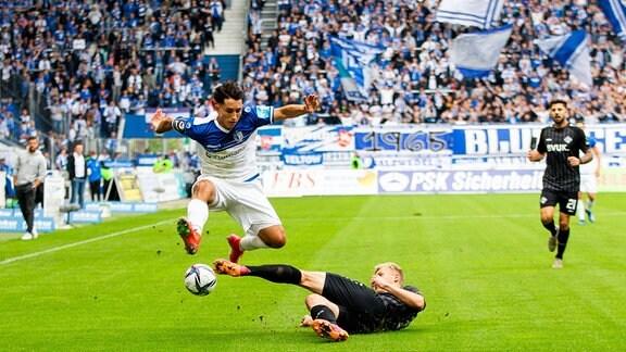 Jason Ceka (1.FC Magdeburg) (v.l.) und Louis Breunig (Würzburger Kickers) beim Zweikampf.